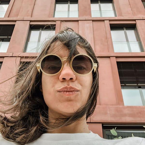 Foto selfie de Livia Humaine na frente de prédios
