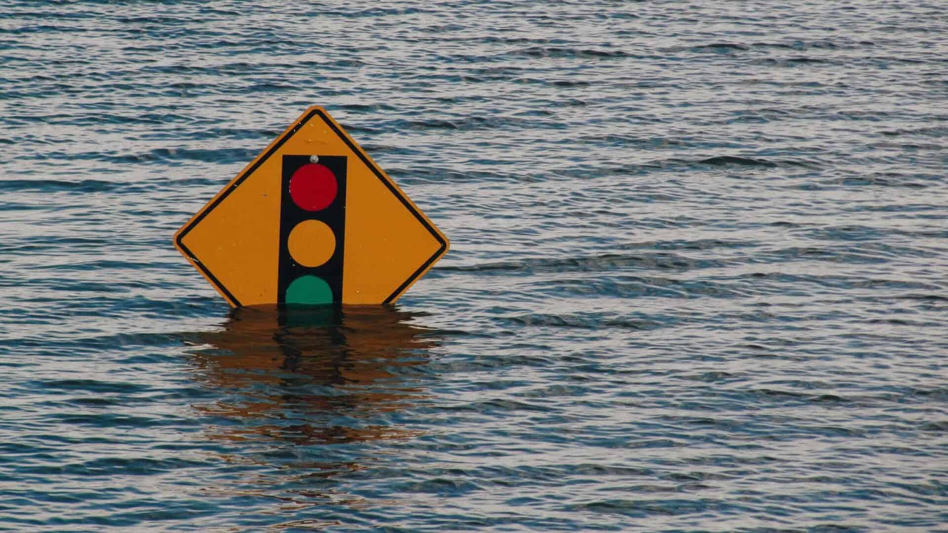 Placa representando um semáforo, submersa no mar