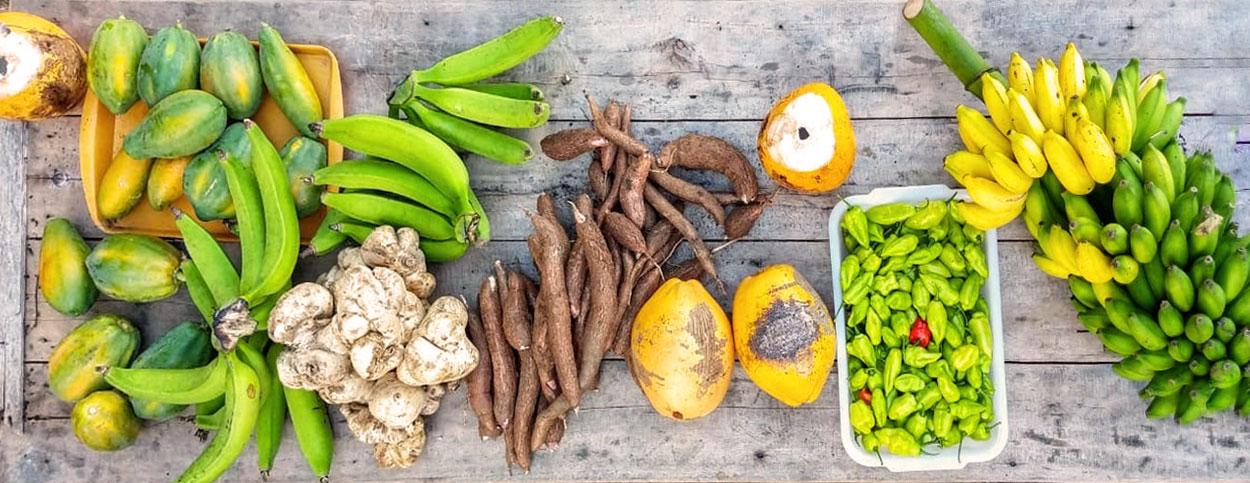 Vista aérea de mesa com alimentos in natura, nativos da Amazônia