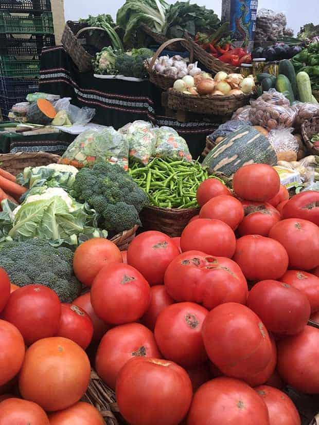 Vegetais em caixotes de feira