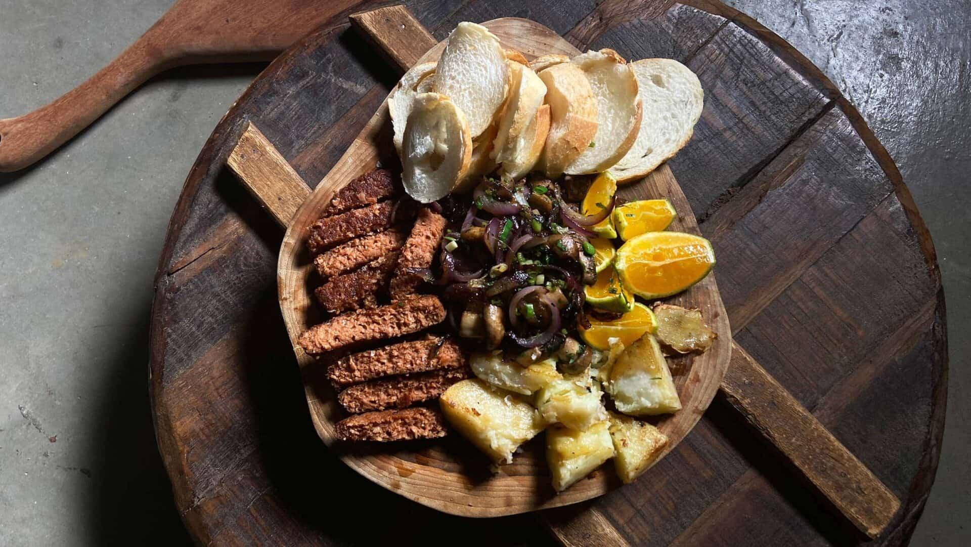 Tábua de aperitivos feito com carne de plantas