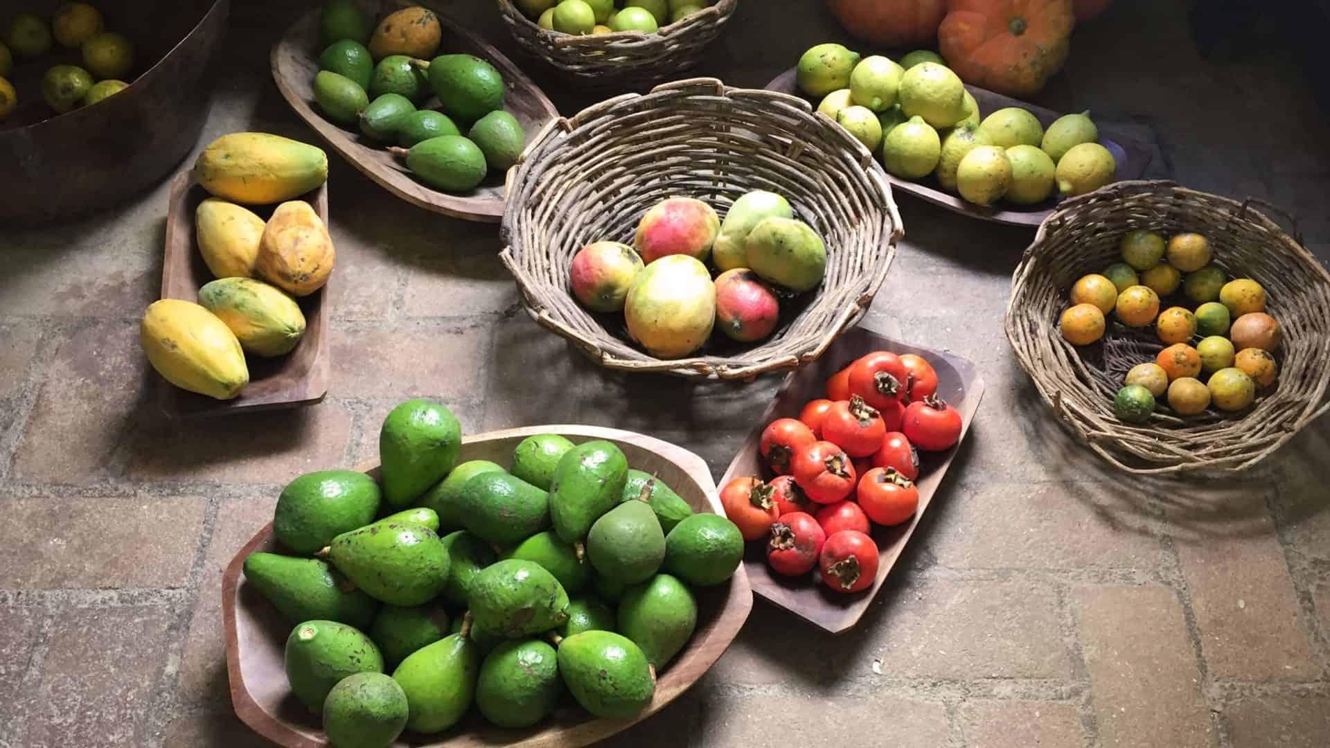 Cestas de frutas diversas da estação, à venda em comércio local