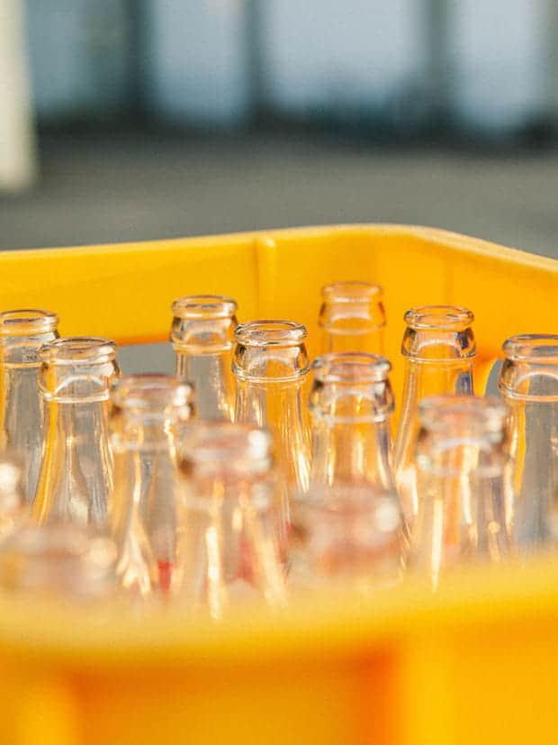 Engradado com vasilhames de vidro retornáveis