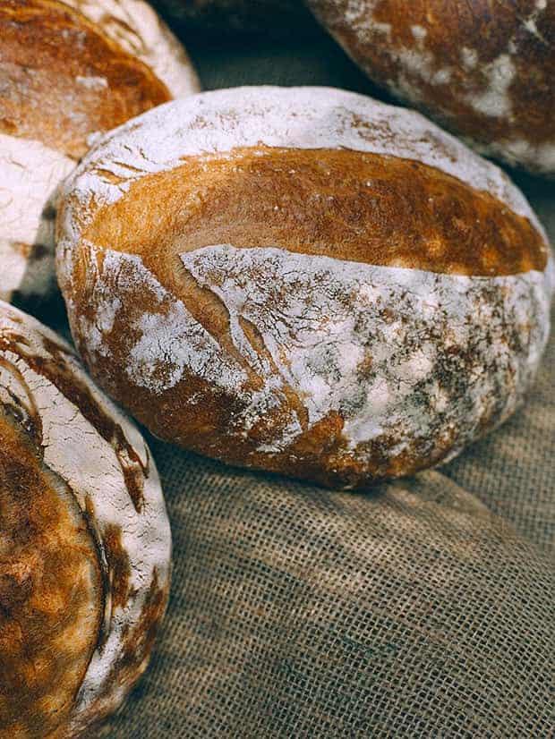 Pães artesanais a venda em comércio local