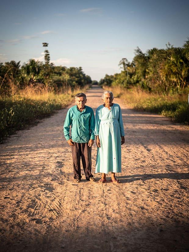 Maria e João José Cordeiro, donos de pousada na Amazônia, sobre trecho da BR 319, estrada em construção