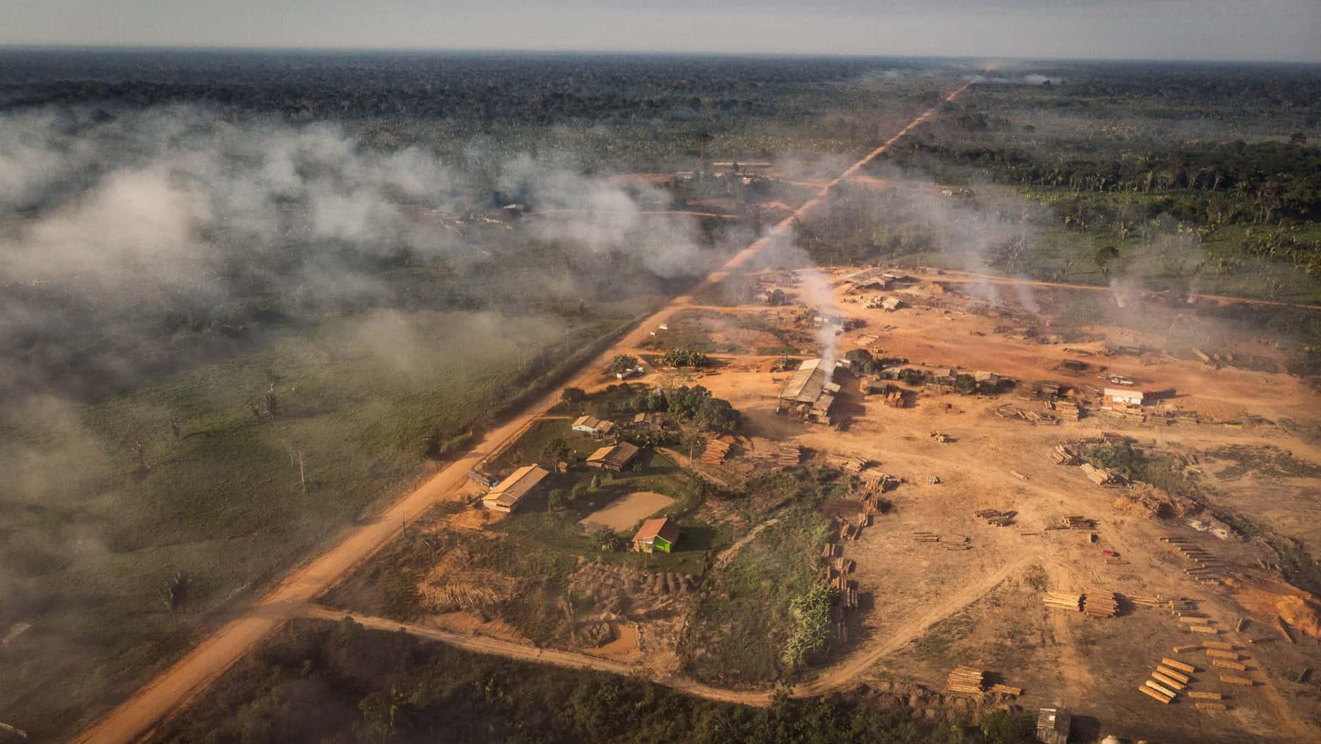 Vista aérea de queimada de área verde próxima à BR319, na Amazônia