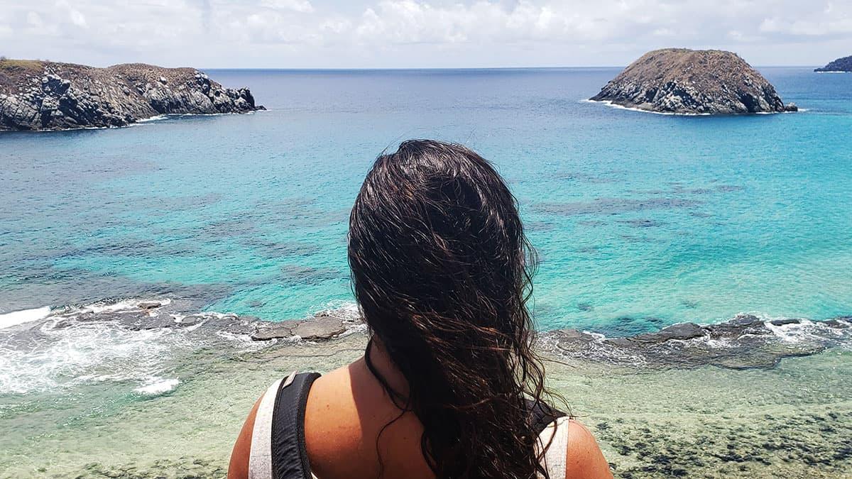 A jornalista com pautas ambientais, Paulina Chamorro, olha para o mar em Fernando de Noronha
