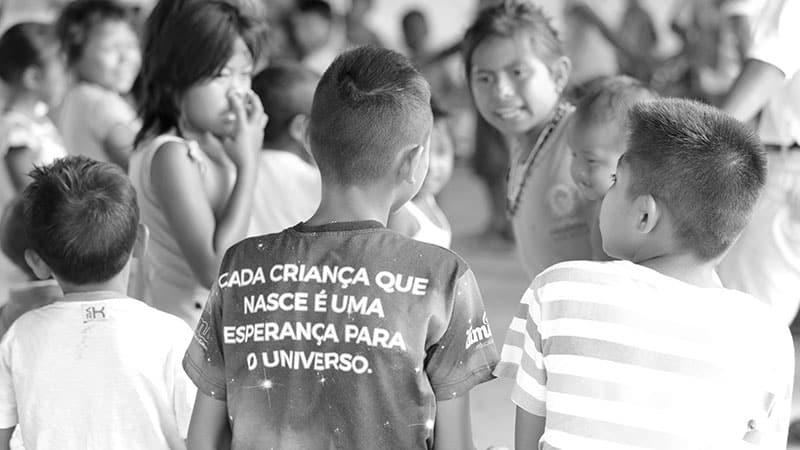 Crianças brincam juntas, em projeto de arte e educação para refugiados, da FFHI em Roraima