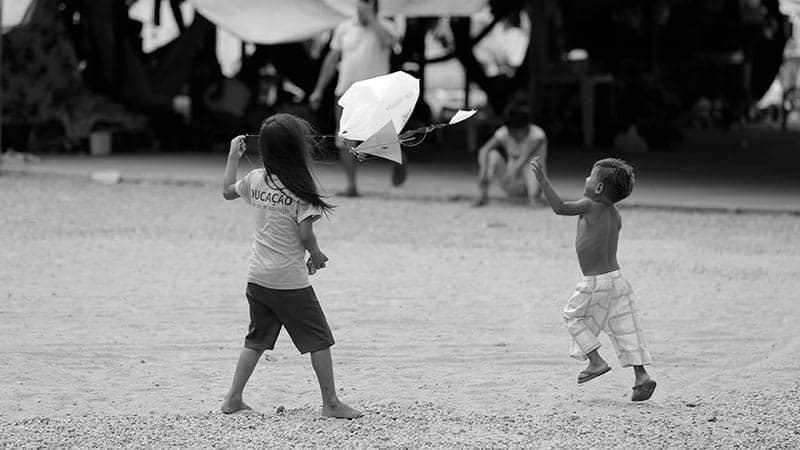 Crianças brincam juntas em alojamento com projeto de arte e educação para refugiados, da FFHI em Roraima