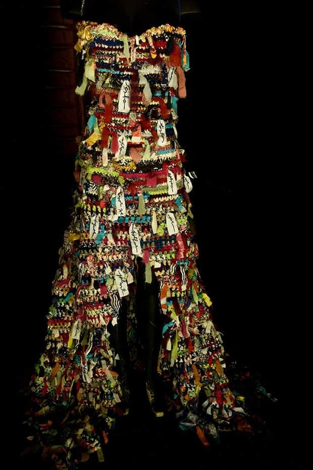 Vestido do estilista e poeta Teko Semente, feito com retalhos coloridos e bordados