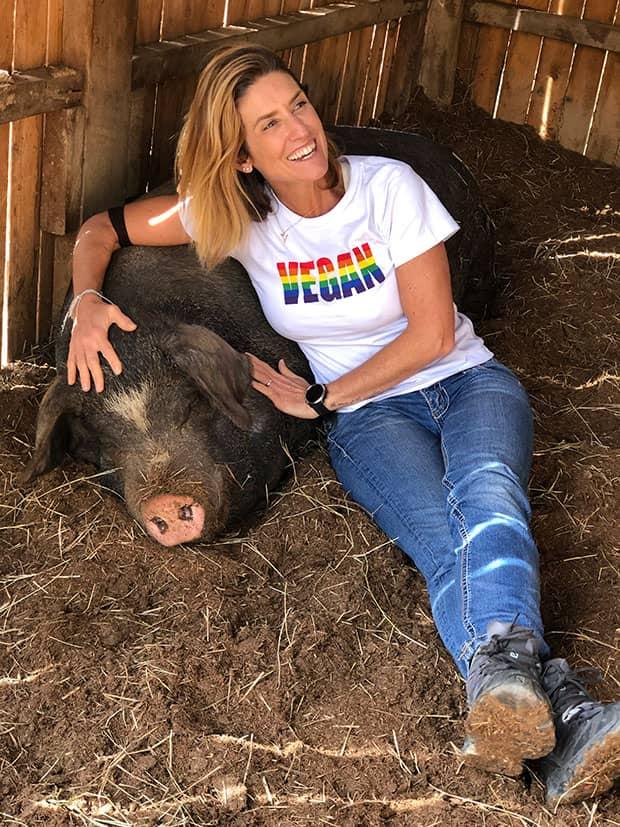 Alessandra Luglio faz carinho em porco, no Santuário de Animais Vale da Rainha