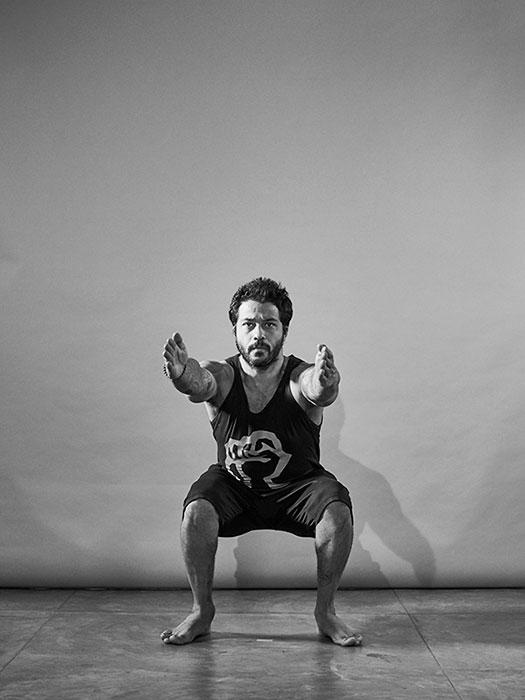 Fabio Jobim demonstra os exercícios para fazer em casa, entre eles, o de agachamento