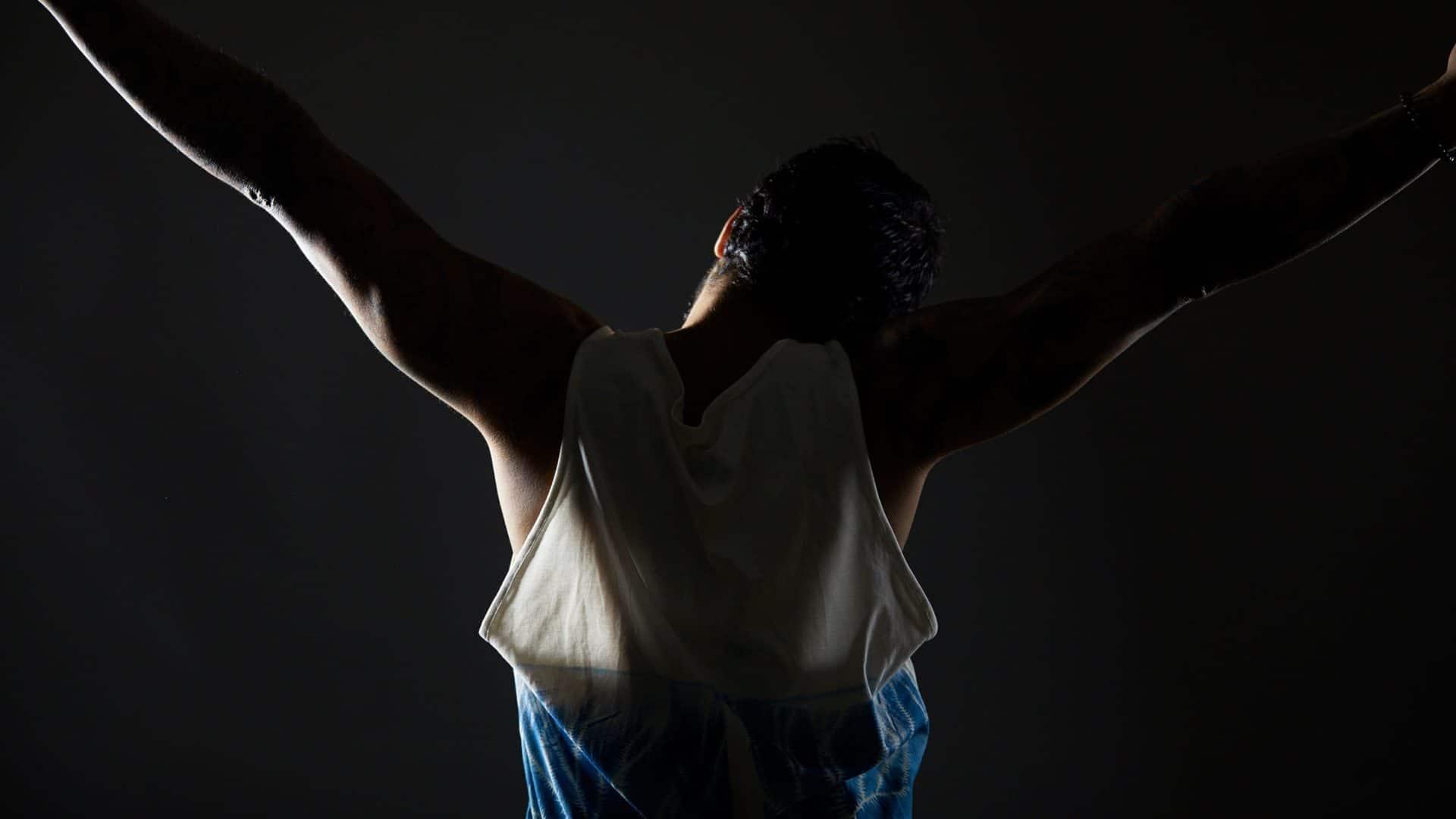Fabio Jobim em retrato de costas com os braços abertos