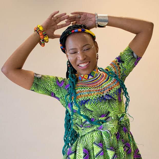 A dançarina Nduduzo Siba em movimento de dança zulu. Foto: Divulgação Migraflix