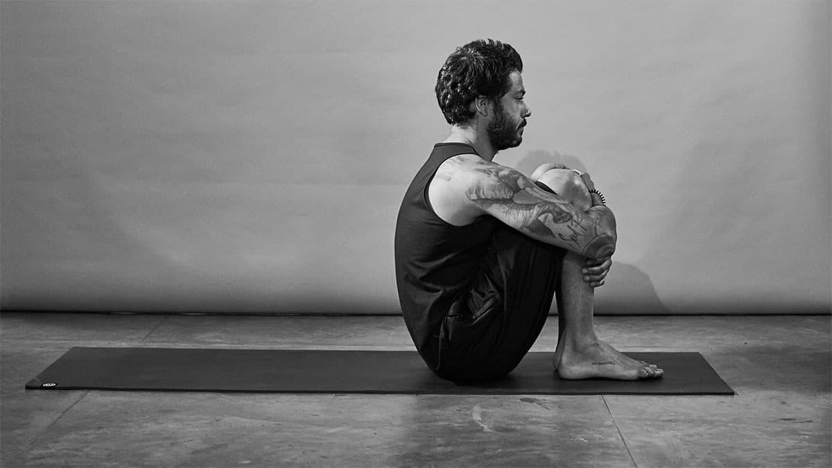 Fabio Jobim demonstra fase do exercício Abdominal Sanfona para aliviar a dor nas costas