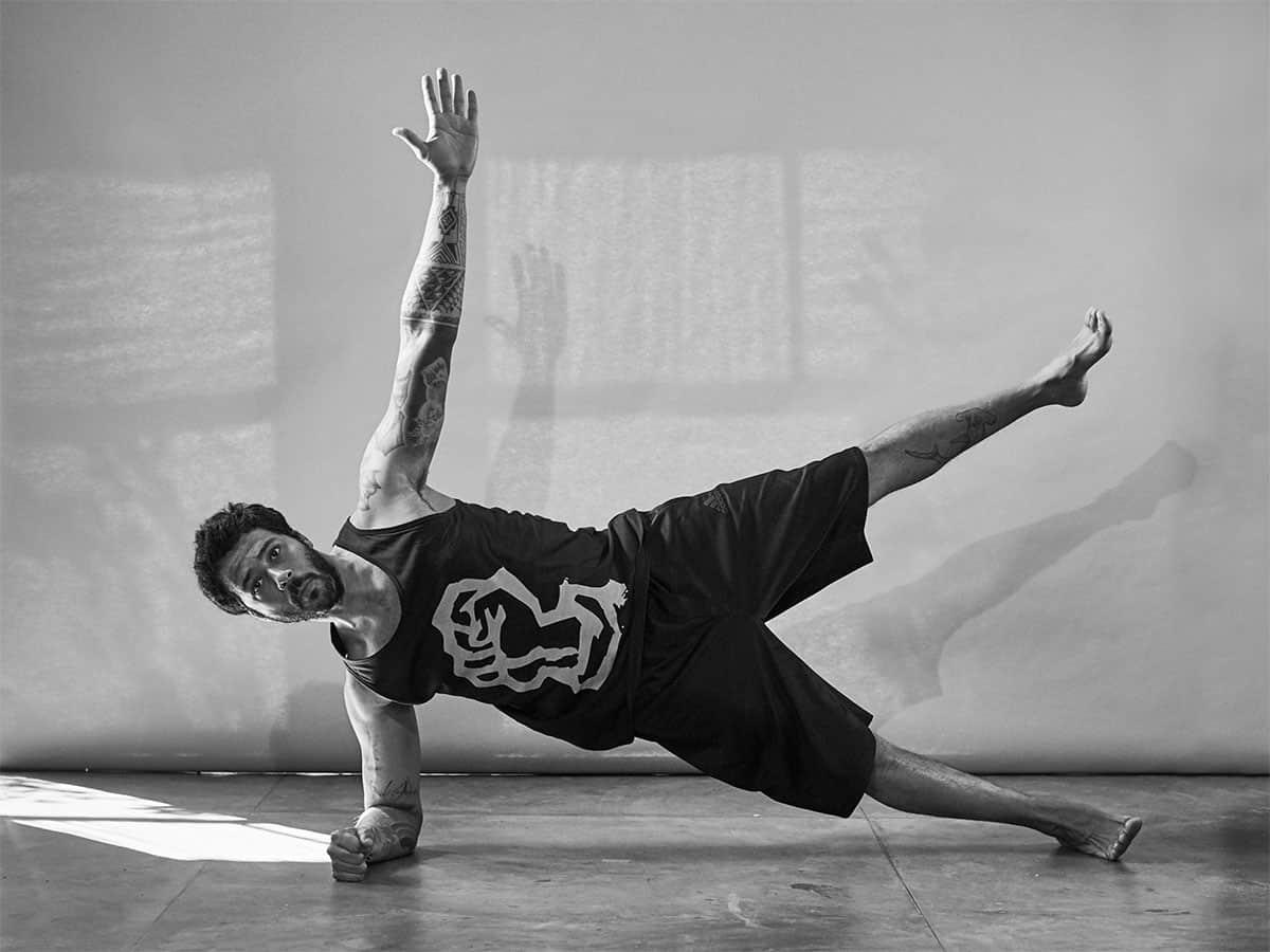 Fabio Jobim demonstra o exercício Prancha Lateral para aliviar a dor nas costas