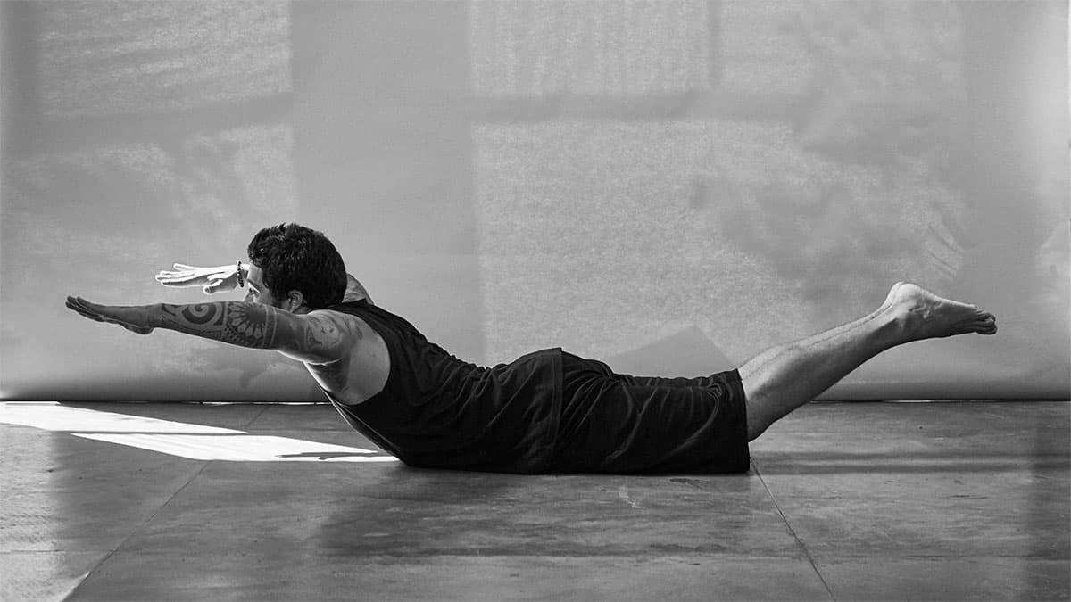 Fabio Jobim demonstra fase do exercício Superman