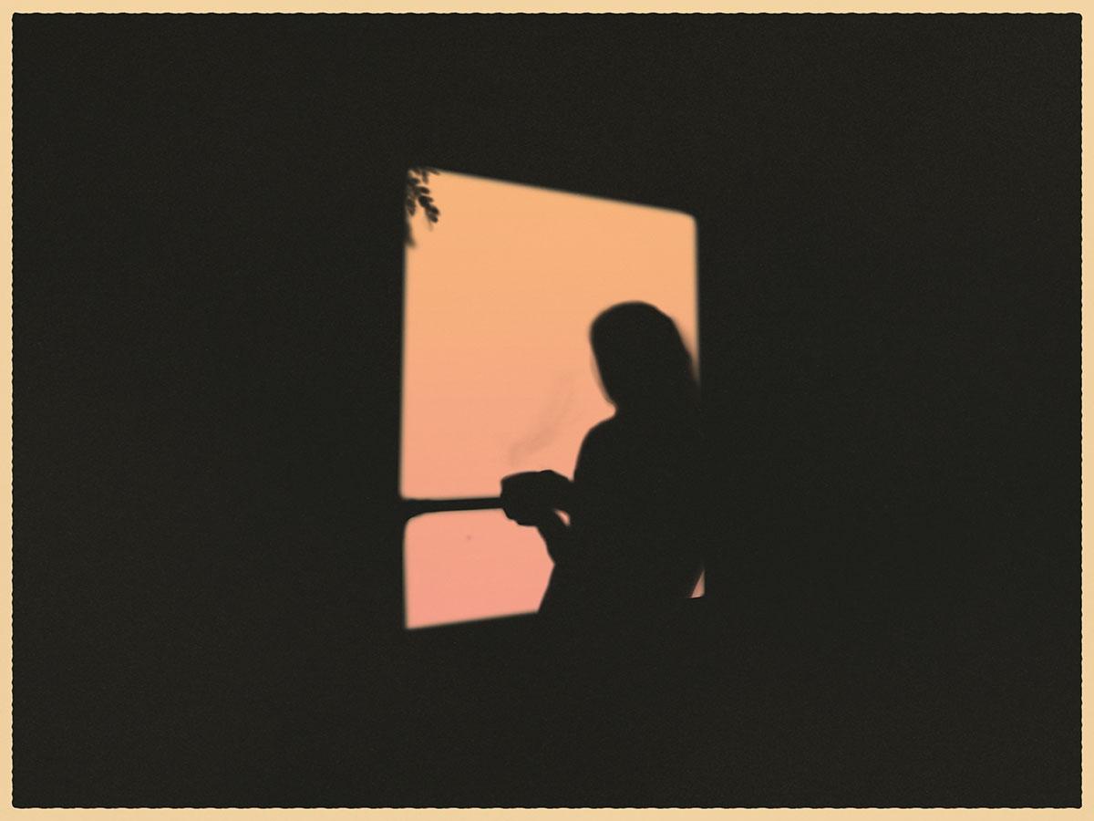Ilustração de janela com silhueta de uma mulher tomando chá e olhando para fora