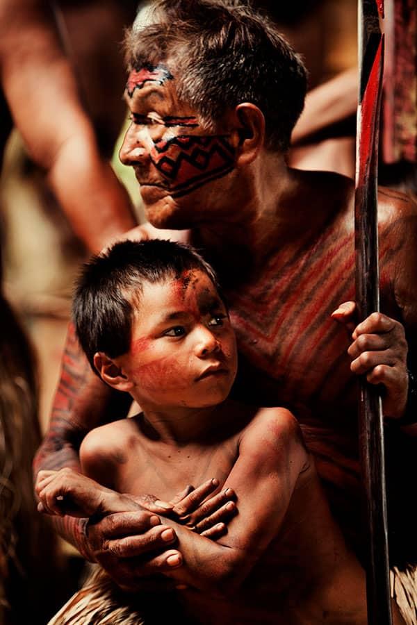 Pajé Yawarani com menino Yawanawá