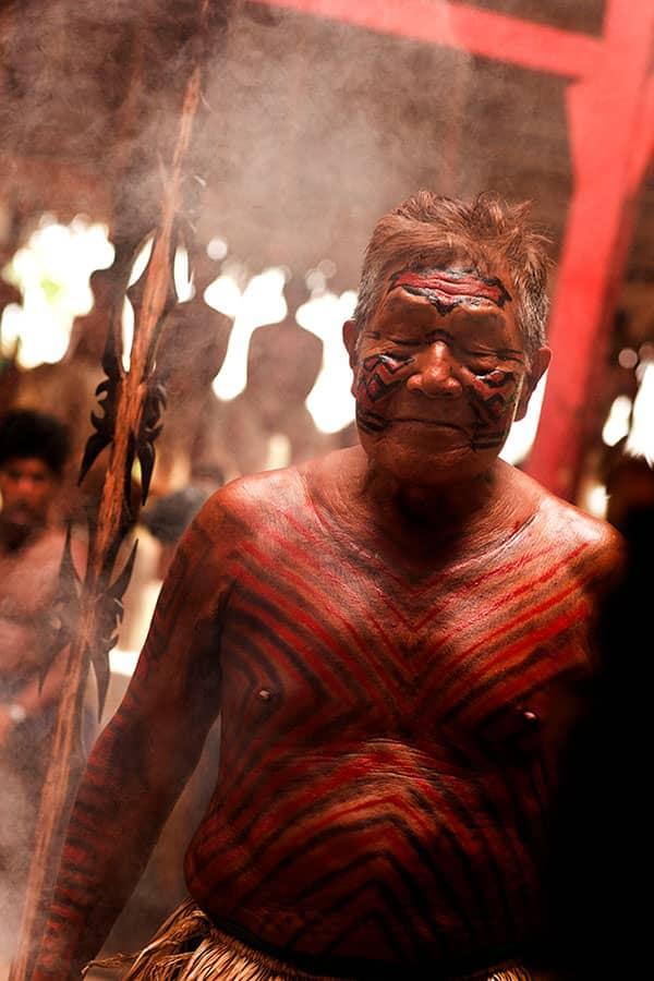Pajé Yawarani em ritual Yawanawá